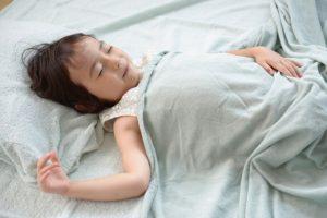 子どもの【寝かしつけ】は何歳までやるもの?どうやったらいいの?